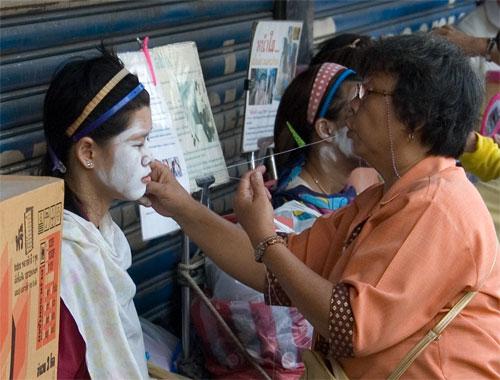 Тайланд. Бангкок. Китайский квартал. Уличная косметология.